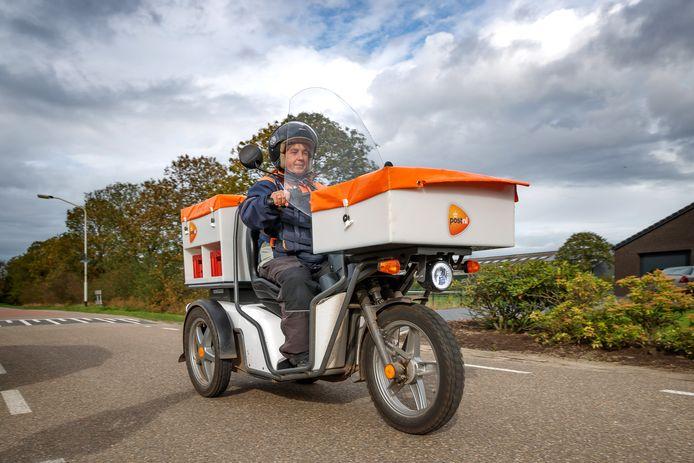 Hetty van den Beemd rijdt op een elektrische scooter. Handig voor haar tientallen kilometers lange route door het buitengebied van Hoeven.