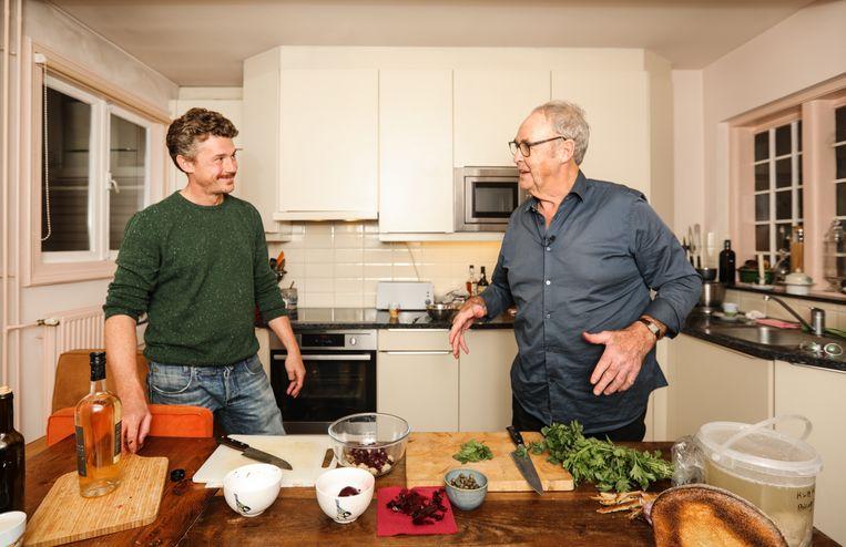 Gilles kookt met, en in de keuken van, Cees Holtkamp. Beeld Eva Plevier
