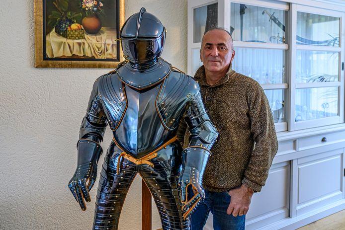 Kunstenaar Gotscha Lagidse uit Georgië bij zijn gereconstrueerde harnas van prins Maurits. Dat is de komende maanden te zien in het Markiezenhof.