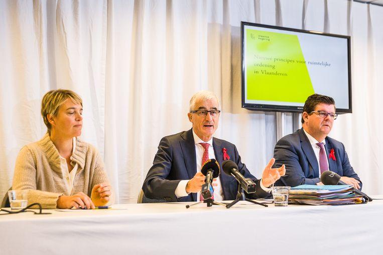 De bevoegde minister Joke Schauvliege (CD&V), minister-president Geert Bourgeois (N-VA) en Bart Tommelein (Open Vld) gisteren bij de voorstelling van het nieuwe beleid. Beeld BELGA