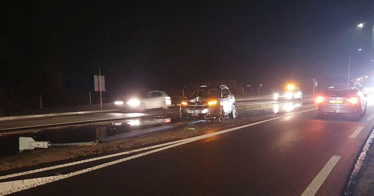 'Disco' bij Deventer: lantaarnpalen op hol na botsing.