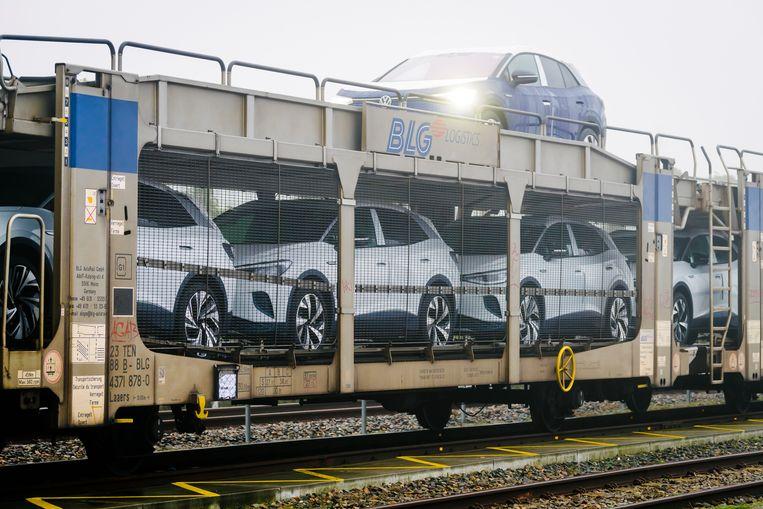 Aankomst van een railtransport van de nieuwe elektrische Volkswagen ID4. Beeld Hollandse Hoogte