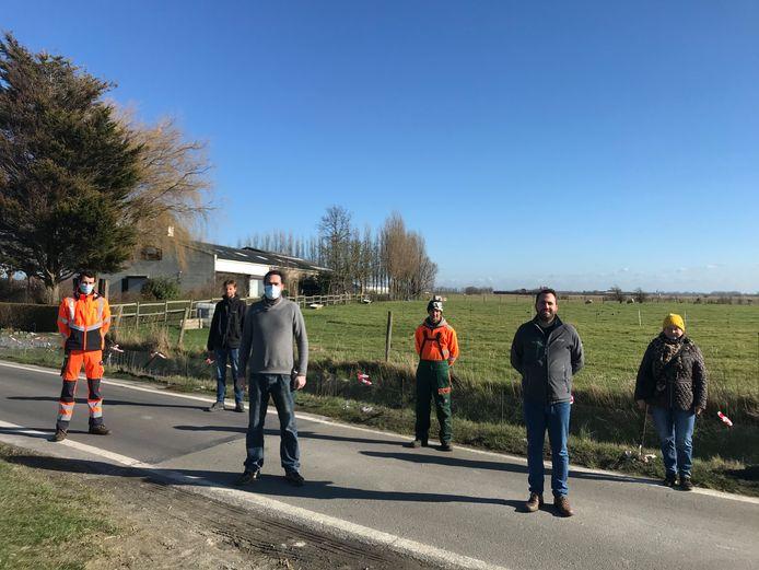 Schepen voor Leefmilieu Mathieu Delbarge, Bruno Vandensteen, Stijn Borny en Liliane Somers van Natuurpunt De Haan, en medewerkers van de groendienst.