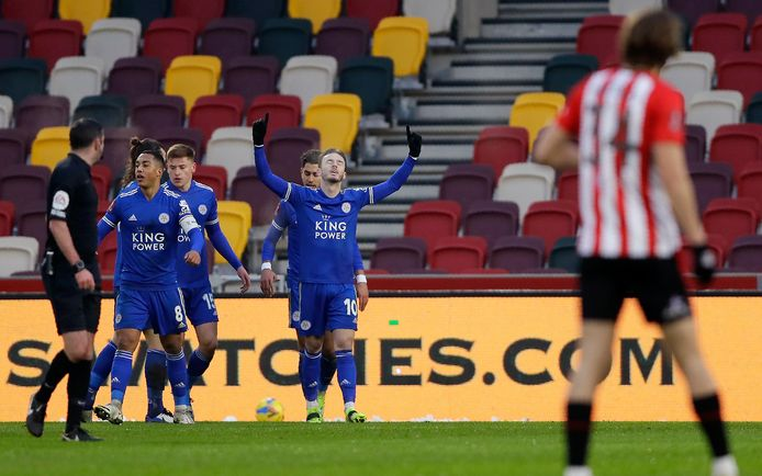 James Maddison (r) viert zijn treffer namens Leicester City.