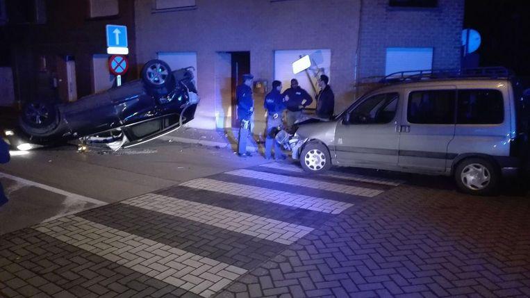 Een auto kwam op zijn dak terecht. Gelukkig raakte er niemand gewond.
