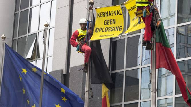 Greenpeace zet vaten met laagradioactief afval aan Europees Parlement