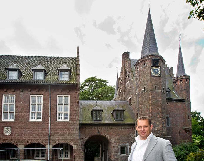 Fransjan van den Elzen bij het kasteel in Gemert. archieffoto Van de Meulenhof