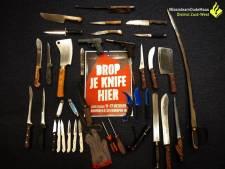 Anonieme inleveractie: honderden messen, hakbijlen en wapens bij politiebureaus gebracht