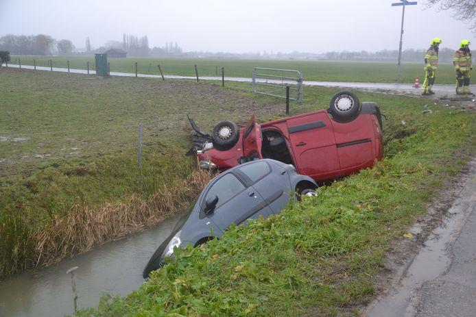 De auto's liggen in de sloot in Maasbommel. Wonder boven wonder raakte niemand gewond.