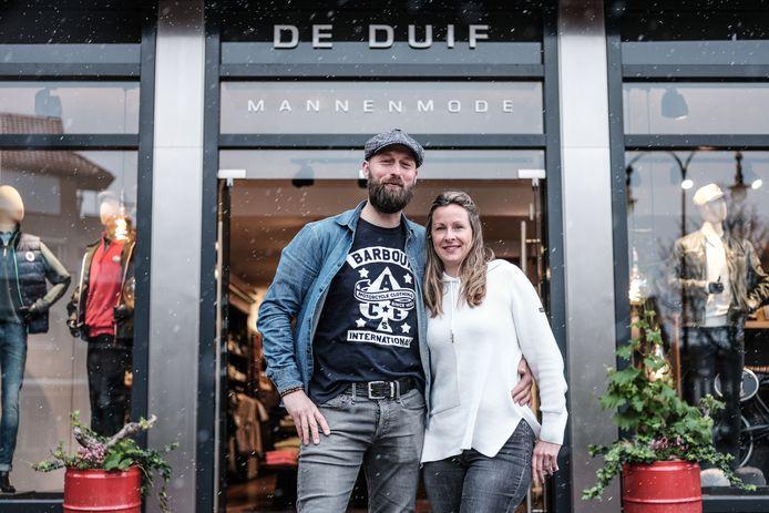 Frans Migchelsen (42) en Bianca Wolters (40) van de mannenmodezaak De Duif zien de toekomst positief tegemoet.