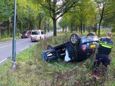 Benauwd moment aan de rand van Apeldoorn: cabrio eindigt op de kop in de berm