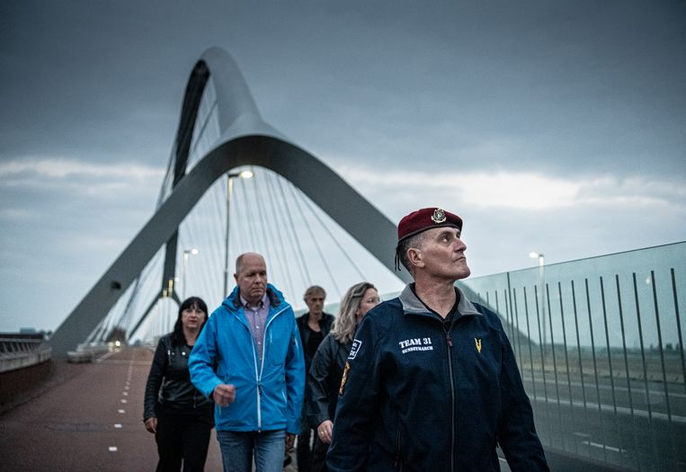 De Franse veteraan Laurent Cecillon loopt over de brug De Oversteek. Beeld Koen Verheijden