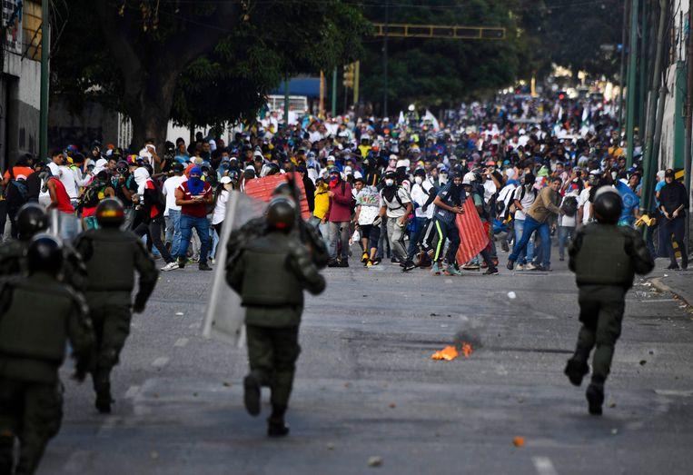 Oproerpolitie en betogers raken slaags in de Venezolaanse hoofdstad Caracas. Beeld AFP