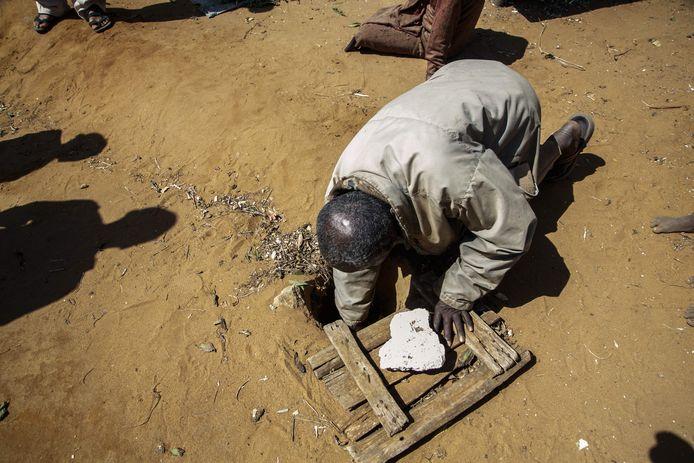 Jonarson Revoria, 73 ans, un agriculteur, montre un petit bassin creusé dans le sol pour recueillir l'eau de pluie, mais il n'a pas été rempli depuis juillet 2021, dans le village d'Ankilidoga, commune de Sampona, le 31 août 2021.