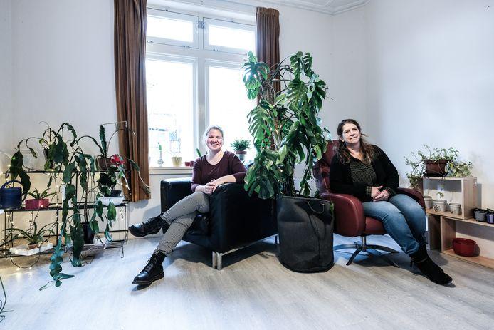 Medewerkers Maaike (links) en Jacqueline in het plantenasiel.