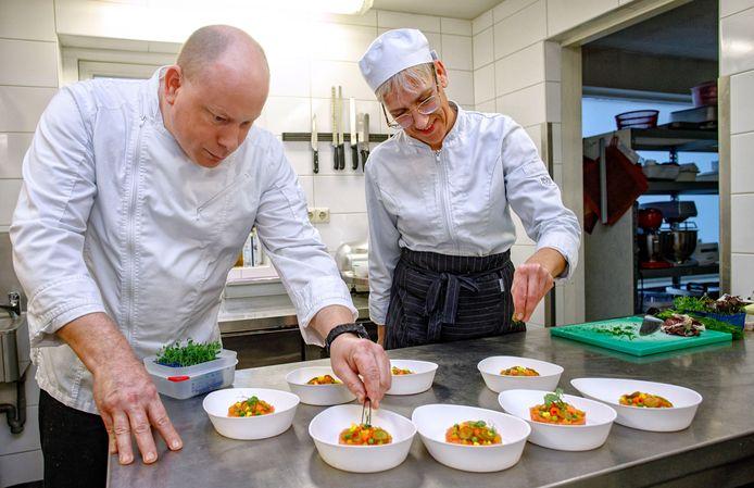 Chef Michael Somers en kok Petra Nieuwenweg maken een voorgerecht: gepekelde zalmtartaar met zoetzure groenten, piccalilly gel en krokante kappertjes.