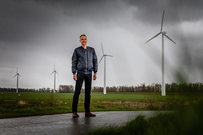 Robin Robart, nu nog bij het oude windpark in de Mariapolder te Strijensas met zes windmolens. Straks staan hier vier grotere en nieuwere'reuzen'.
