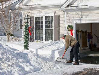 """Zo beleefden Vlamingen de sneeuw, volgens de satirische Sara Leemans: """"Francis keek op tegen het ruimen van de oprit, en dat de buurman tegelijkertijd hetzelfde zou doen"""""""