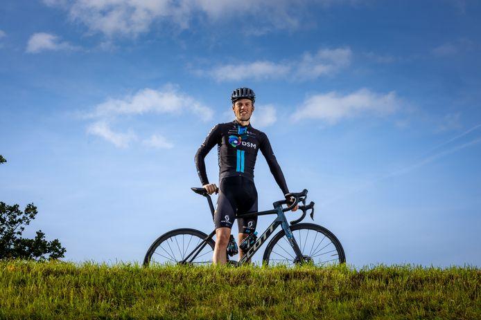 Tim Naberman op een van de dijkjes in Genemuiden. De renner van de opleidingsploeg van Team DSM koerst zaterdag in de Ster van Zwolle door zijn eigen regio.