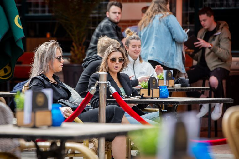 NIJMEGEN, NETHERLANDS - APRIL 28: People sit on the terrace of a cafe on April 28, 2021 in Nijmegen, Netherlands. Terraces have reopened on Wednesday as some of the strict coronavirus lockdown measures in the country have been eased, such as the evening curfew that has been lifted and shops and terraces are allowed to reopen to the public. (Photo by David van Haren/BSR Agency/Getty Images) Beeld Getty Images