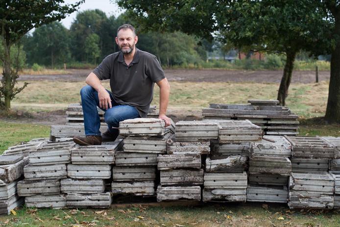 Freddie Ekkel uit Kloosterhaar met restanten van de luchtwachttoren die hij wil gebruiken om een uitkijkpunt te bouwen.