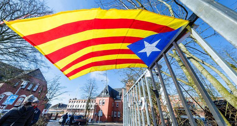 Een Catalaanse vlag aan een hek voor de gevangenis waarin Puigdemont zit opgesloten. Beeld AFP