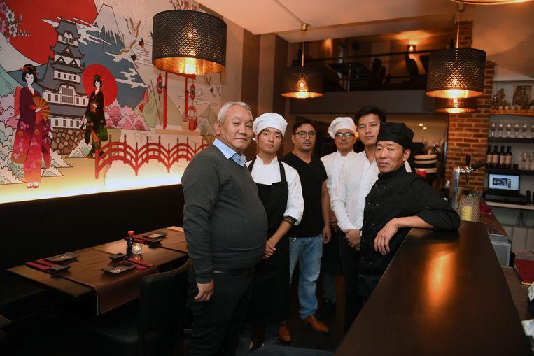 Mingma van de Ambiorix, met zijn personeel in zijn nieuwe zaak op de Oude Markt, de Sakana Sushi