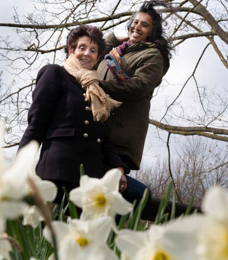 Buren Esther en Jans schelen dan wel 22 jaar, maar ze zijn toch hele goede wandelvriendinnen