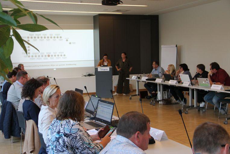 Romy Werbrouck en Ellen Wyns van het burgerplatform Voor een Verkeersveilig Kachtem kregen als eerste spreekrecht op de gemeenteraad van Izegem.
