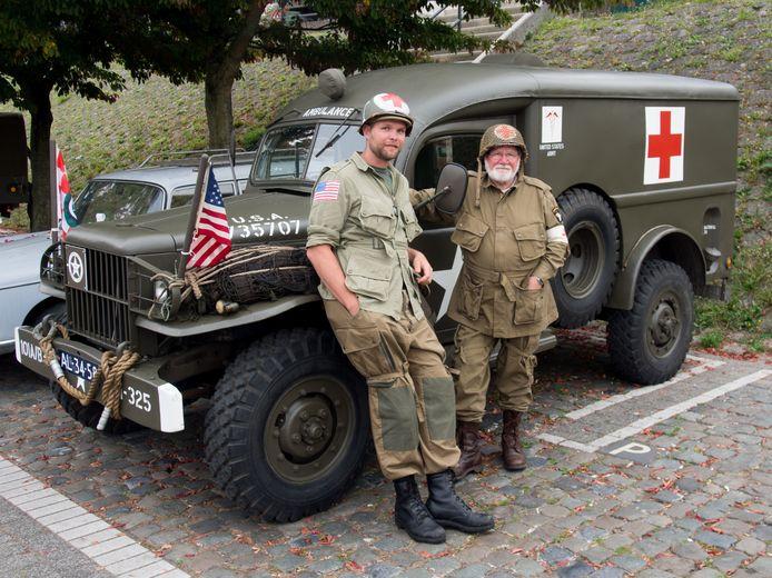 Hans Kuijpers en zijn zoon Rob in 2014 poserend voor een Dodge WC-54 Ambulance.