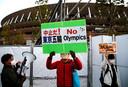 Demonstranten bij het nationale stadion in Tokio eisen een afgelasting van de Spelen.