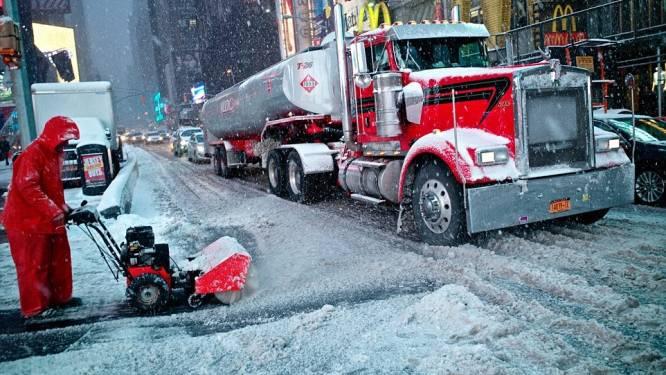 Sneeuwstorm gaat aan land, openbaar leven ligt plat