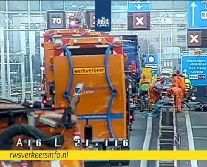 De vrachtwagen raakte een zogenoemde pijlwagen en belandde naast de hoofdrijbaan.