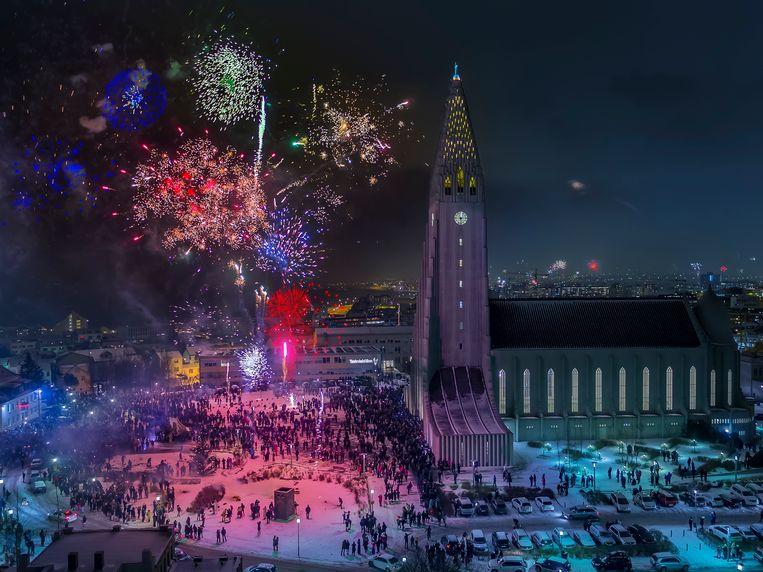 Reykjavik, waar zo'n 200.000 feestvierders nog voor middernacht 500 ton vuurwerk de lucht inschieten. Beeld rv