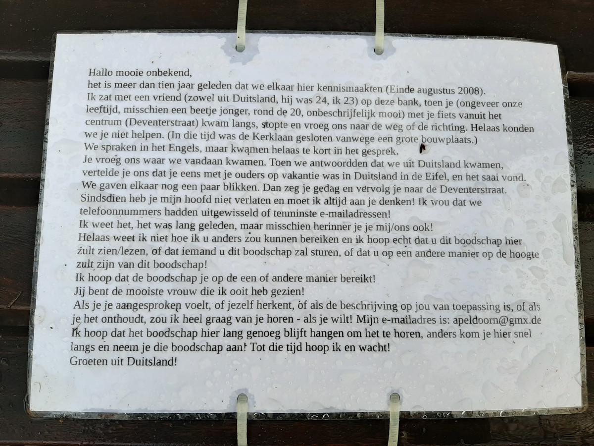 Het briefje, vastgemaakt op het bankje aan de hoek Deventerstraat met de Kerklaan.