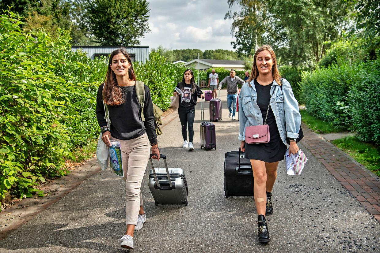 Elisabetta Carrubba (l), Laura Berg (r) en Xiaojie Lin (m) zullen komend semester een bungalow delen op recreatiepark Droompark bij Halfweg.  Beeld de Volkskrant / Guus Dubbelman