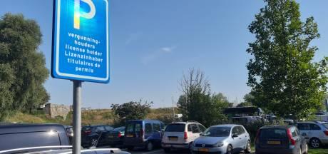 Meer parkeerplek voor vergunninghouders binnenstad Zierikzee; bezoekers naar de gratis terreinen