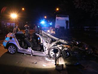Bestuurder valt in slaap en knalt tegen geparkeerde vrachtwagen: passagier in levensgevaar