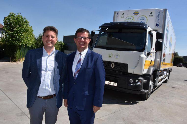 Zaakvoerder Wim Noyez met minister Bart Tommelein bij de truck die is uitgerust met het koelsysteem.