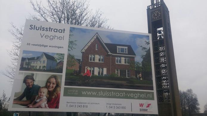 Een nieuw bord kondigt de bouwpannen aan de Sluisstraat in Veghel aan.