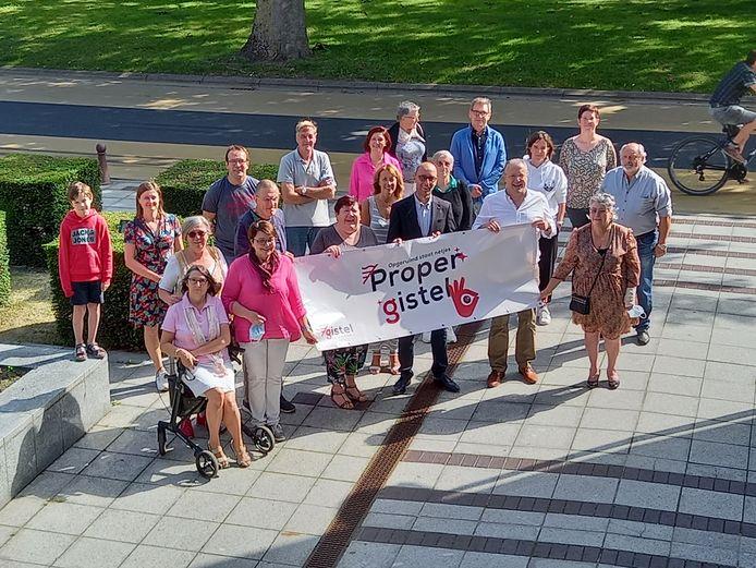 Een delegatie van de stad en enkele vrijwilligers stellen het logo voor.