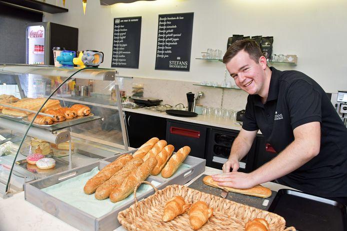 Stefan deed een opleiding tot bakker, maar kon na een werknacht overdag de slaap niet vatten. Nu belegt hij broodjes in zijn eigen bar.