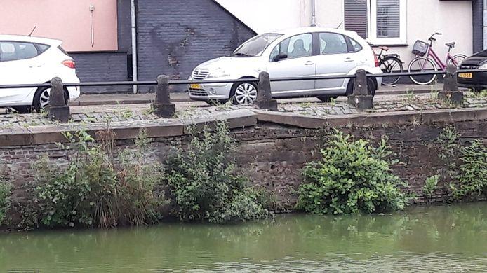 De kademuur aan de Zuidzijde Haven in Bergen op Zoom vertoont vervormingen. De bovenste meter is wat verschoven.