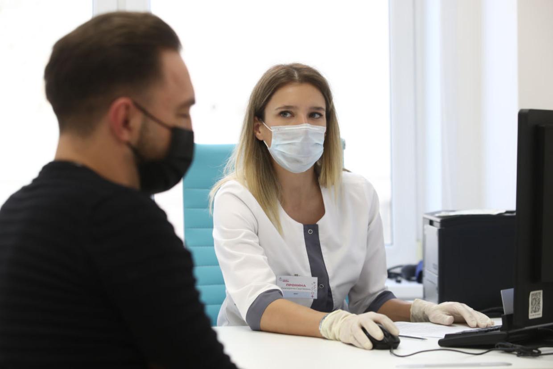 Een man bij een arts in Moskou, voordat hij het coronavaccin krijgt Beeld Sergei Karpukhin/TASS