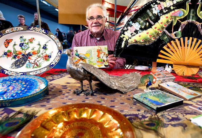 Henk Pauw staat op de verzamelaarsbeurs met zijn verzameling die alles met pauwen te maken heeft.