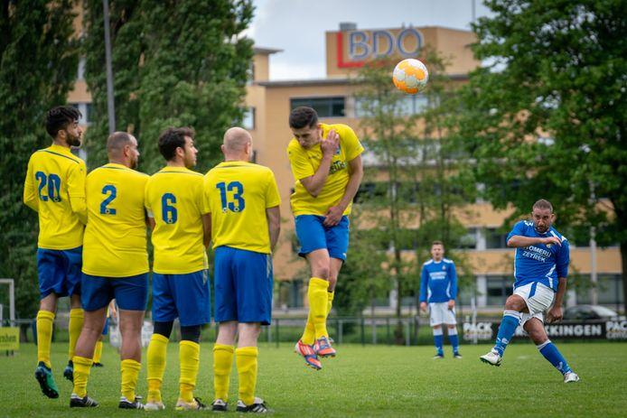 SC Veluwezoom (hier onder vuur bij eendracht Arnhem) is een half elftal kwijt.