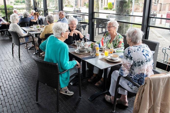 In café De Bosch genieten ouderen van het samenzijn.