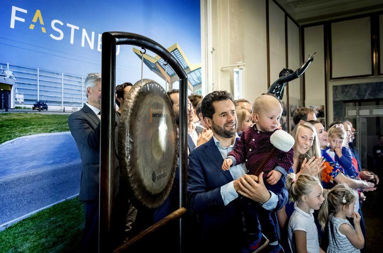 CEO Michiel Langezaal van Fastned luidt de gong op de Amsterdamse beurs. Beeld ANP