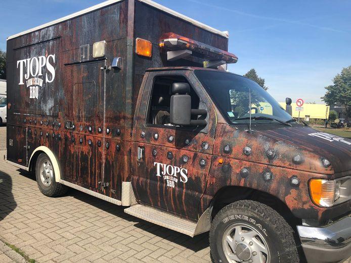 De nieuwe foodtruck van Tjop's, een oude Amerikaanse ziekenwagen.
