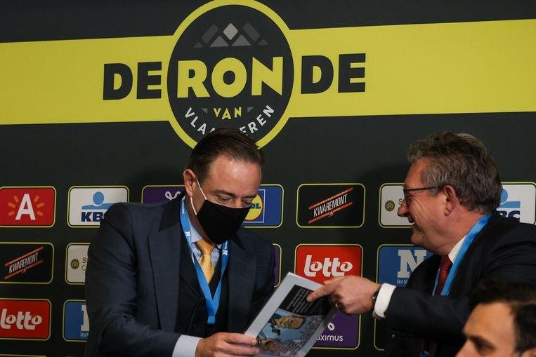 Antwerps burgemeester Bart De Wever (links) en zijn Brugse collega Dirk De Fauw tijdens de persconferentie voor de start van de Ronde van Vlaanderen. Beeld BELGA